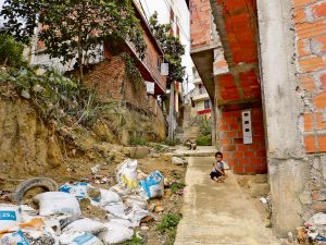 Los niños, mujeres en estado de embarazo y personas de la tercera edad son los que más se afectan con las condiciones de hábitat de estos barrios. /FOTO SILVIA MARGARITA MÉNDEZ MANOSALVA