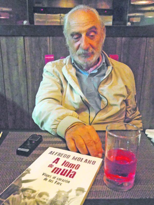 """Doce textos que hacen parte de """"A lomo de mula. Viaje al corazón de las Farc"""", un libro que Molano Bravo escribió con ocasión de los 50 años de fundación de dicha guerrilla. / FOTO XIOMARA MONTAÑEZ"""