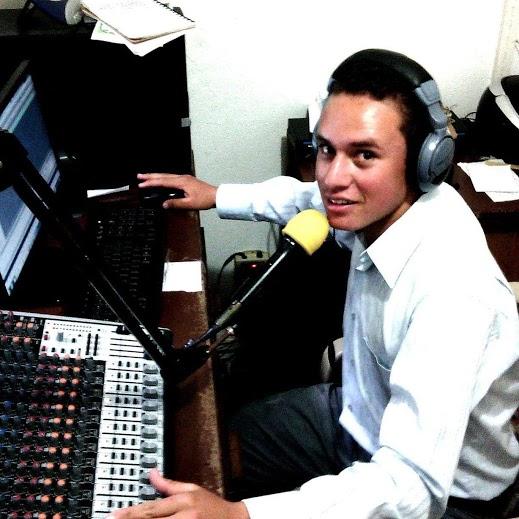 Cristian Eduardo Beltrán Velásquez al aire en Cristalina estéreo emisora del municipio de Curití. /FOTO SUMINISTRADA EMISORA CRISTALINA ESTÉREO
