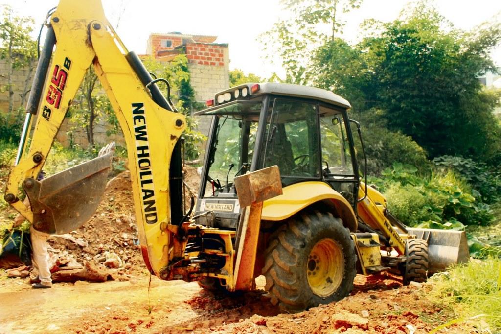 La maquinaria amarilla utilizada en la jornada de limpieza de la quebrada Las Pilanderas fue prestada por la Secretaría de Infraestructura de Floridablanca. /FOTO VALESCA ALVARADO RÍOS
