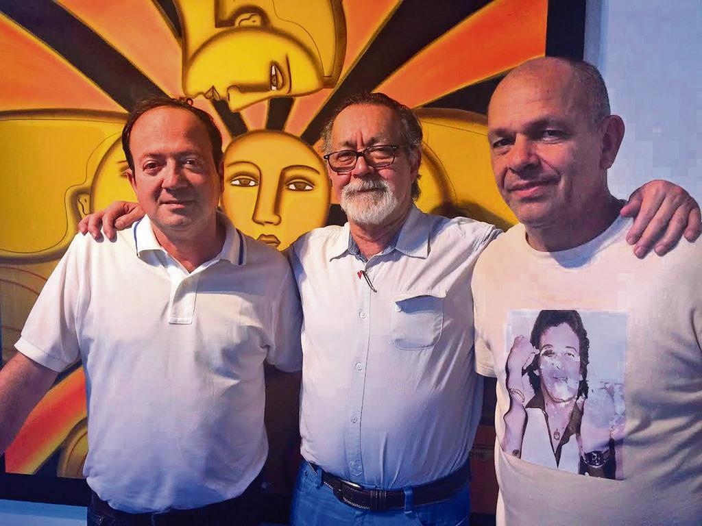 Jaime Ruíz Montes, Jotamario Arbeláez y Alfredo Ortiz en la casa cultural El Solar. Ortiz organizó una serie de conversatorios sobre el movimiento Nadaísta. / FOTO XIOMARA MONTAÑEZ
