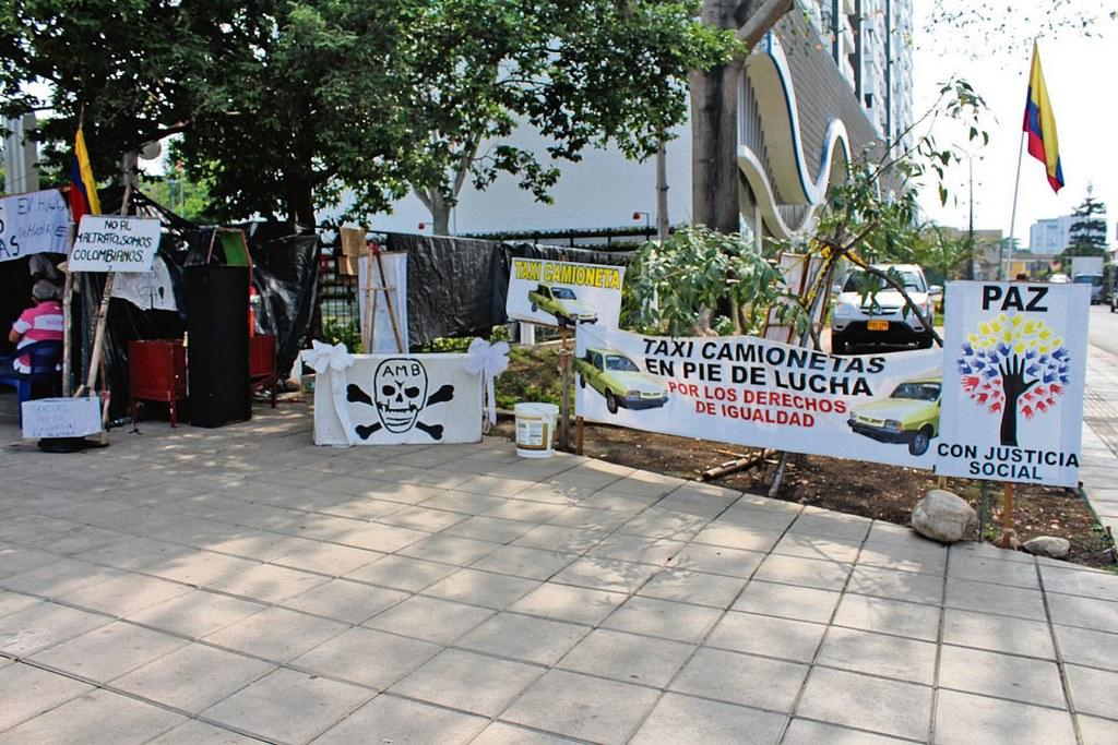 El 'cambuche' que fue armado el lunes 25 de enero está ubicado al frente de las instalaciones del Área Metropolitana de Bucaramanga (AMB) y allí permanece Ángel Custodio Salamanca Cáceres, conductor afectado. /FOTO VALESCA ALVARADO RÍOS