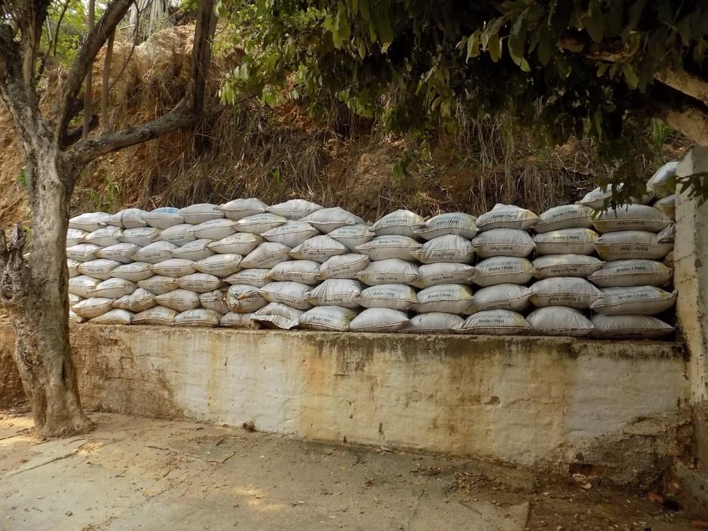 Algunos de los vecinos han utilizado el material que se ha deslizado de la montaña para llenar sacos y construir improvisados muros de contención. / FOTO VALESCA ALVARADO RÍOS