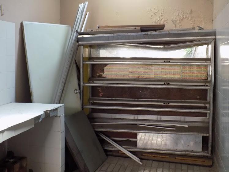 Restos del taller de panadería que existió. Los baños ubicados en el mismo piso se encuentran en condiciones similares. /FOTO SILVIA MARGARITA MÉNDEZ