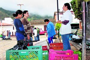Isabel Caicedo y Ninfa Valbuena en la venta de mercado que cada fin de semana se abre en la esquina del parque principal del municipio. /FOTO XIOMARA MONTAÑEZ