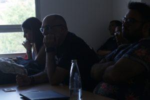 Arriaga espectador de sus propias obras durante el encuentro realizado en el salón D 3-1 en la Unab. / FOTO FELIPE ARENAS GALLO.