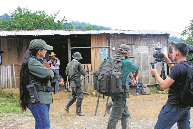 Elenco actoral rodando la escena de un confrontamiento entre campesinos y paramilitares/TATIANA NIÑO
