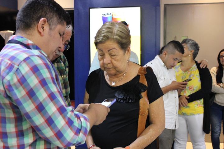 El actor santandereano Edgar Rojas interactúa con los asistentes previo a la presentación del filme. / FOTO CRISTIAN EDUARDO BELTRAN