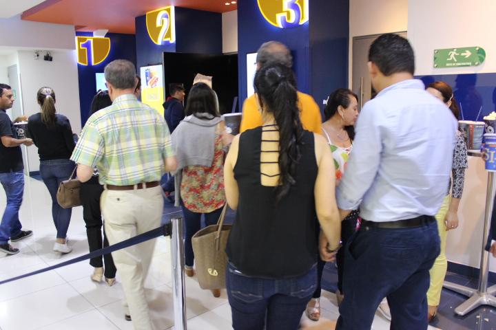 El público entraba a la sala de cine expectante ante lo que podría ser la película 'Armero'. / FOTO CRISTIAN EDUARDO BELTRAN