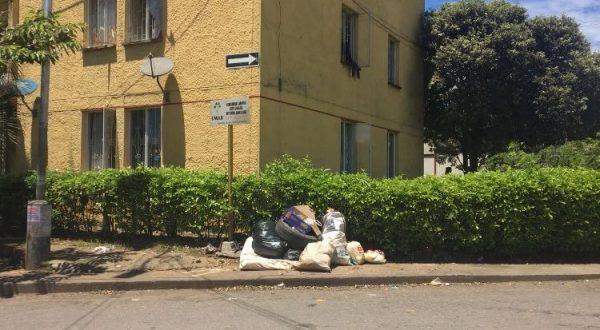 Basuras acumuladas en el barrio Real de Minas evidencian la desinformación y falta de cultura de los habitantes. /FOTO TATIANA CAROLINA NIÑO RUEDA