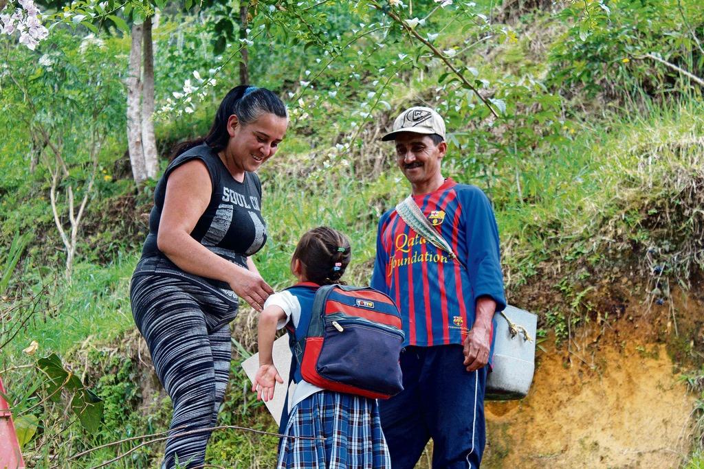 Fuera de sus actividades escolares, Dennis ayuda a su familia con sus labores agrícolas. En la imagen, Sandra Villamizar, Dennis Rincón Y Rubén Rincón. /FOTO DIEGO ALEJANDRO PARRA ARDILA